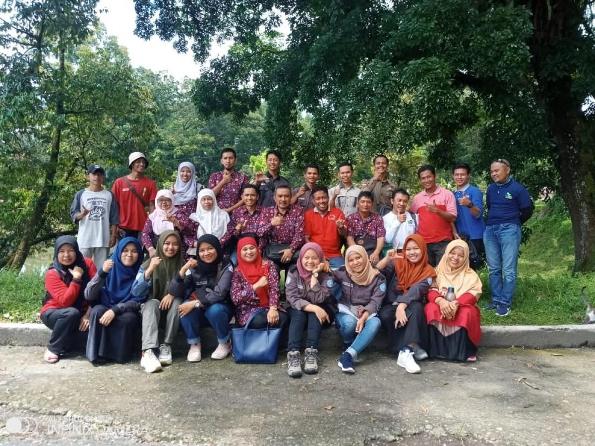 Photo bersama keluarga besar Fakultas Kehutana UMSB usai launching dan penanaman bibit pohon