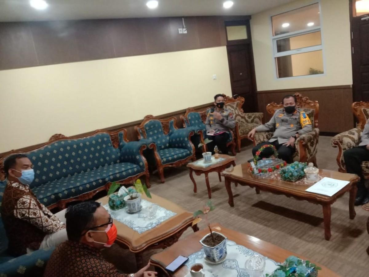 Rektor UMSB bersilaturahmi sekaligus melakukan MOU dengan POLDA Sumbar