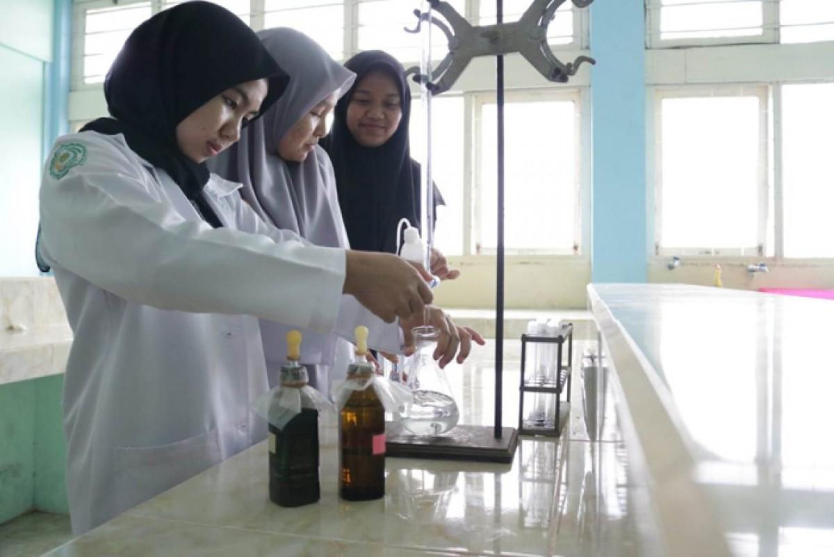 Prodi Farmasi UMSB Racik Hand Sanitizer